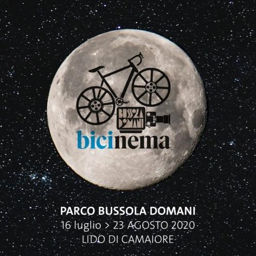 Bicinema Sotto le stelle di Bussoladomani, Parco Bussoladomani, cinema all'aperto, Lido di Camaiore, bike green, bike in, mobilità sostenibile, bici UpStudio Viareggio